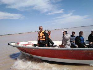 تصاویری ویژه از امام جمعه و فرمانده سپاه شهرستان کارون در مناطق سیل زده