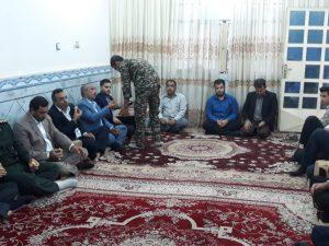 دیدار امام جمعه کارون و مسئولین با خانواده شهید یفالی