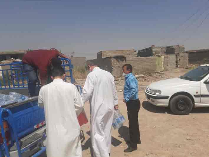 توزیع بسته های غذایی توسط امام جمعه و اعضای ستاد