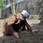 غرس نهال توسط امام جمعه کارون
